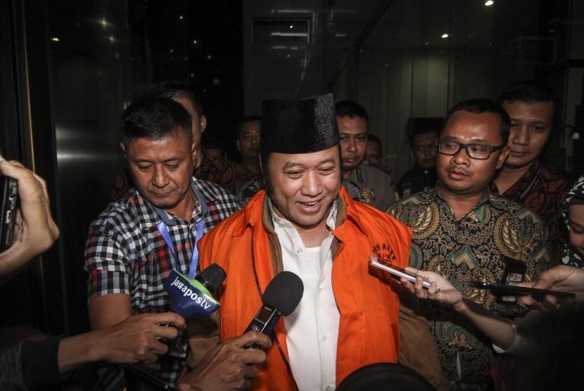 Bupati Lampung Selatan Zainudin Hasan digiring petugas menuju mobil tahanan seusai menjalani pemeriksaan di gedung KPK, Jakarta, Jumat (27/7).