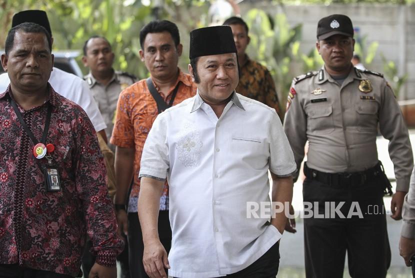 Bupati Lampung Selatan Zainudin Hasan (tengah) digiring petugas setibanya di gedung KPK, Jakarta, Jumat (27/7).