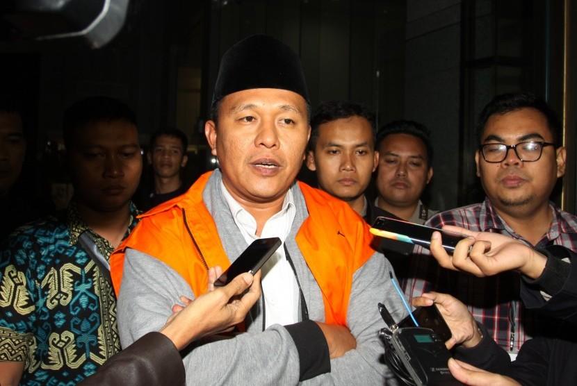 Bupati Lampung Tengah dan Calon Gubenur Lampung Mustafa dengan rompi tahanan berbicara kepada wartawan usai menjalani pemeriksaan di Gedung KPK, Jakarta, Jumat (16/2).