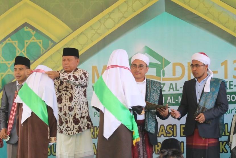 Bupati Lombok Timur,  HM Sukiman Azmy mewisuda para hafizh Alquran Ponpes Al-Madani.