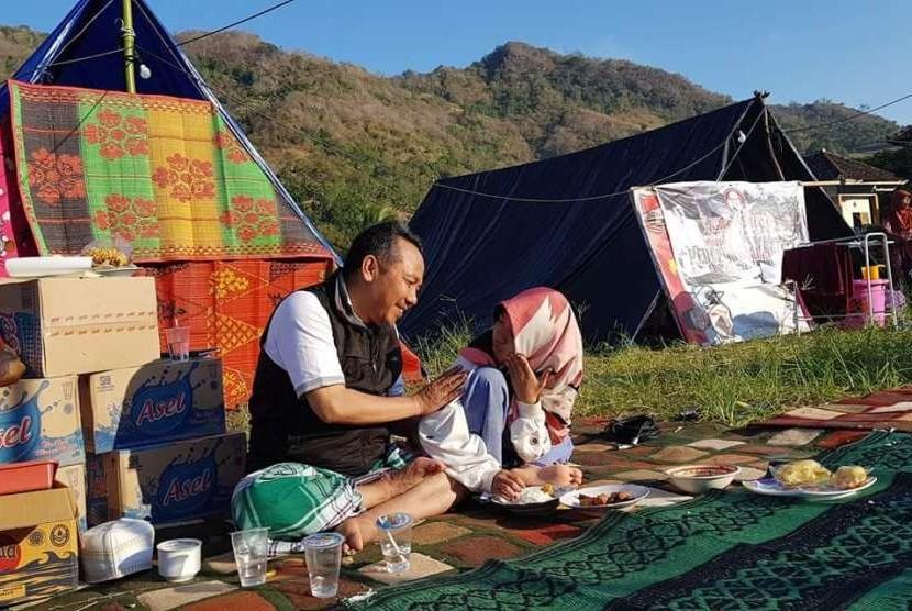 Bupati Lombok Utara Najmul Ahyar tinggal di pengungsian karena rumahnya rusak akibat gempa. Najmul tinggal di posko pengungsian bersama warga Lombok Utara lain di Dusun Menggala, Desa Persiapan Menggala, Kecamatan Pemenang, NTB.