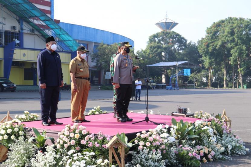 Bupati Malang beserta jajaran TNI/Polri mengadakan apel kesiapan pengamanan larangan mudik menjelang Lebaran 2021 di Halaman Stadion Kanjuruhan, Malang, Senin (26/4).