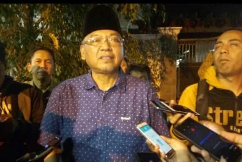 Bupati Malang, Rendra Kresna memberikan keterangan pers seusai penggeledahan ruang kerja dan rumah dinasnya di Pendopo Kabupaten Malang, Senin malam (8/10).