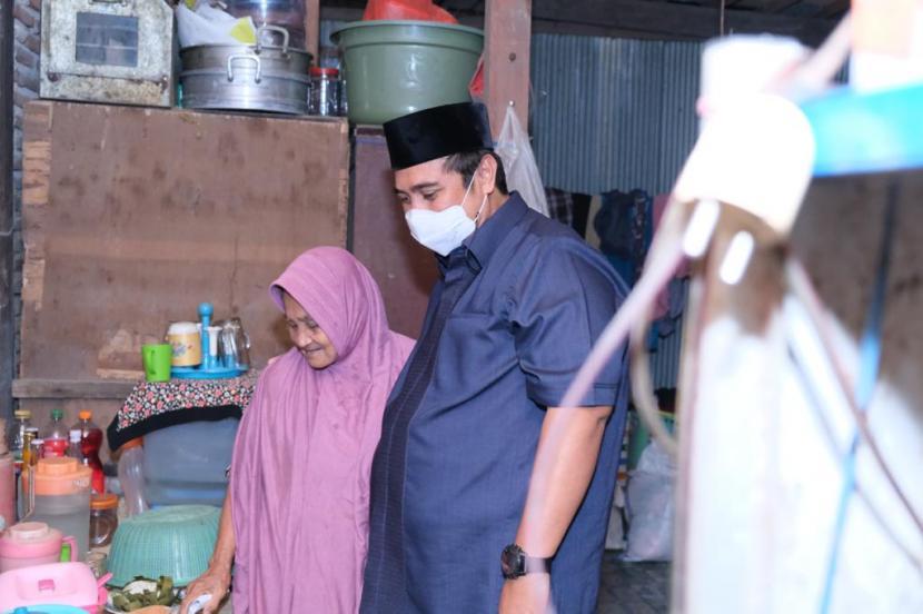 Bupati Maros Chaidir Syam saat berada di dapur rumah warga miskin, nenek Rahmah, di kelurahan Boribellaya, Kecamatan Turikale, Maros pada Malam Takbiran, Rabu (12/5).