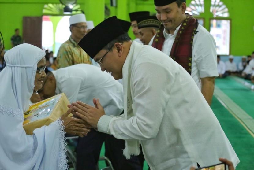 Bupati Muba H Dodi Reza Alex bersama pejabat terkait lainnya memberikan sejumlah bantuan saat memperingati memperingati Nuzulul Qur'an 1440 H