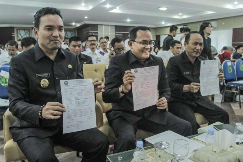 Bupati Musi Banyuasin (Muba) Dodi Reza Alex dengan diapit Wakil Bupati Beni Hernedi (kiri) dan Sekretaris Daerah Muba Apriyadi (kanan) memperlihatkan naskah kerjasama dengan BNN Provinsi Sumatera Selatan (Sumsel) untuk memberantas narkoba di daerah tersebut.