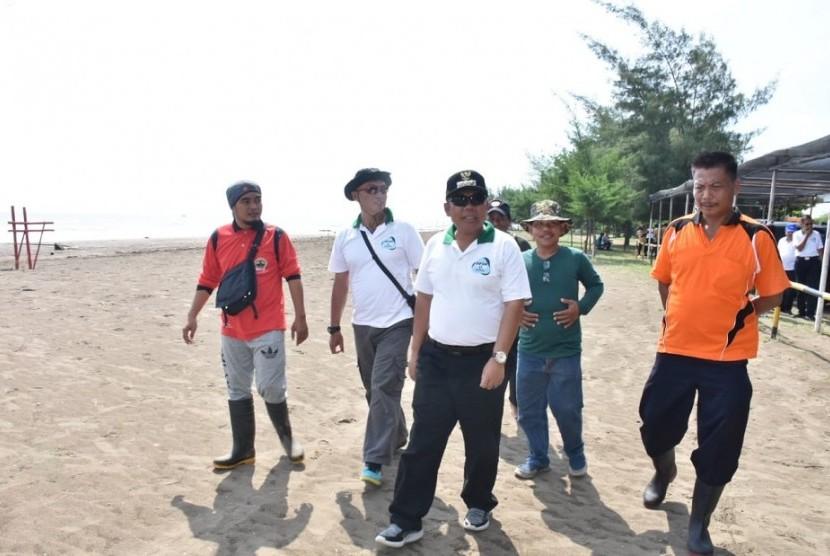Bupati Pekalongan Asip Kholbihi saat mengunjungi pantai ini, Sabtu (24/3).