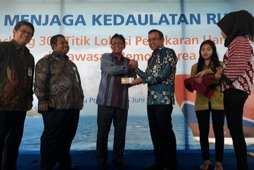 Bupati Pulau Seribu Budi Utomo bersama SEVP Jaringan dan Layanan BRI Agus Noorsanto melakukan penukaran uang secara simbolis dalam kegiatan Launching 303 Titik Penukaran Uang di Kawasan Remote Area di Pulau Pramuka, Kepulauan Seribu, Jumat (16/6).