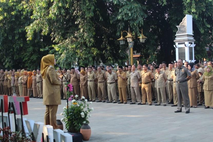 Bupati Purwakarta Anne Ratna Mustika, saat memimpin apel perdana pascaliburlebaran, di halaman Taman Mayar Datar Purwakarta, Senin (10/6).
