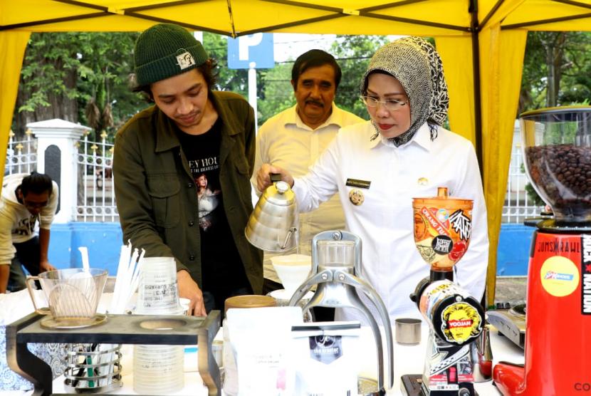 Bupati Serang Ratu Tatu Chasanah menjadi barista di acara Festival Kopi Banten, Rabu (24/4).