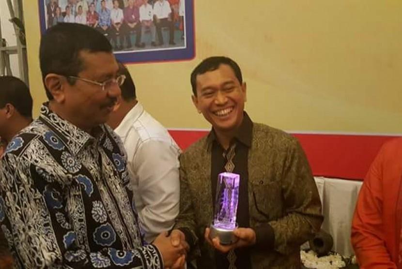 Bupati Simalungun Jopinus Ramli (JR) Saragih meraih penghargaan Ambassador Electricity atau Duta Listrik dari Gubernur Sumatra Utara (Sumut) Tengku Erry Nuradi.