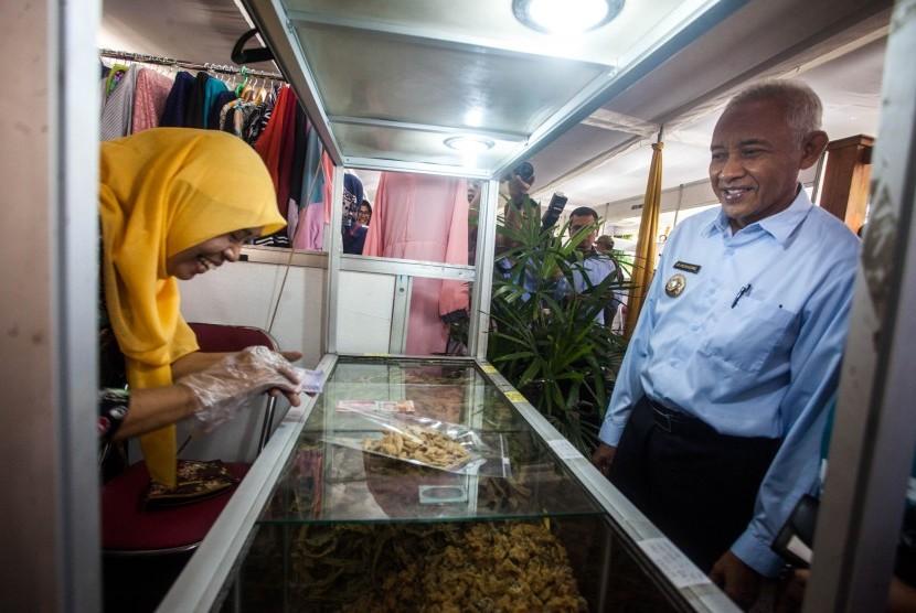 Bupati Sleman Sri Purnomo (kanan) berdialog dengan pelaku UMKM saat Pasar Lebaran 2019 Kabupaten Sleman di lapangan kantor Pemkab Sleman.