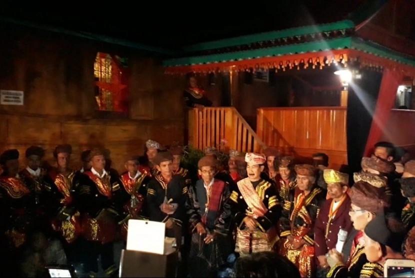 Bupati Solok Selatan saat membuka acara Festival Seribu Rumah Gadang di kawasan seribu rumah gadang di Kota Muaro Labuh, Kabupaten Solok Selatan, Jumat (22/3) malam