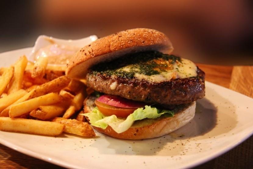 Burger dan kentang goreng.