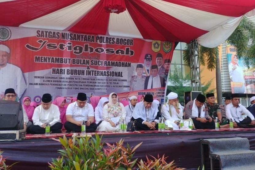 Buruh di Kabupaten Bogor memeringati Hari Buruh dengan menggelar istighatsah di GOR Pakansari, Bogor, Selasa (1/5)