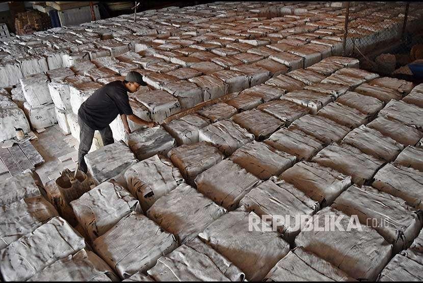 Buruh menata karet-karet yang dikemas menjadi balok di pabrik pengolahan karet Perusahaan Daerah Citra Mandiri Jawa Tengah (PD CMJT), Tlogo, Tuntang, Kabupaten Semarang, Jateng, Rabu (19/9). Menurut Asosiasi Petani Karet Indonesia (Apkarindo), harga karet di tingkat petani mengalami penurunan sejak enam bulan terakhir dari sekitar Rp10.000 per kilogram menjadi Rp5.000-Rp6.000 per kilogram.