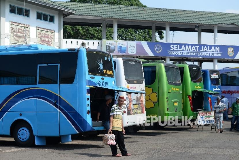 Bus menunggu penumpang di Terminal Bus Rajabasa, Lampung, Rabu (22/6).  (Republika/ Wihdan)
