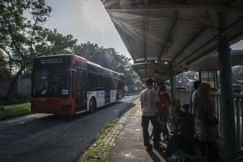 Bus Metrotrans gratis melintas di Halte Taman Margasatwa Ragunan di Jakarta, Sabtu (15/5/2021). PT Transjakarta menyediakan armada gratis untuk pengunjung Taman Margasatwa Ragunan dengan rute SMKN 57 Jakarta-Ragunan PP yang bertujuan untuk mencegah kemacetan menuju ke kawasan wisata tersebut selama periode libur lebaran 2021
