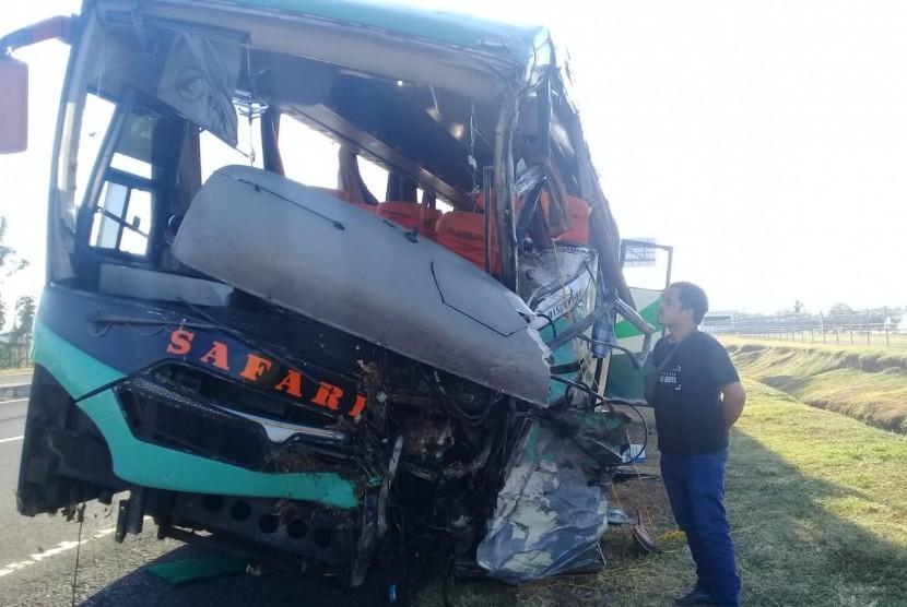 Bus Safari yang memicu kecelakaan beruntun yang menewaskan 12 orang di KM 150.900 Tol Cipali Kabupaten Majalengka, Senin (17/6).