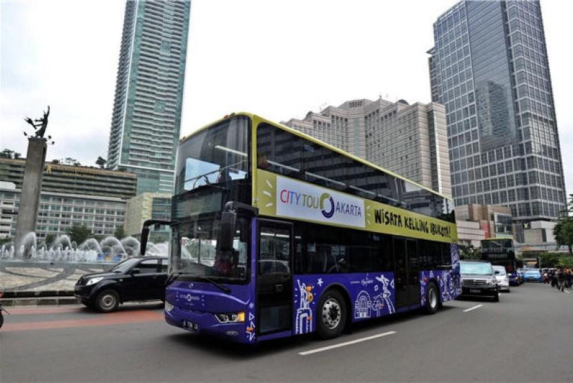 Bus tingkat melintas di kawasan Bundaran HI, Jakarta, Kamis (16/1).