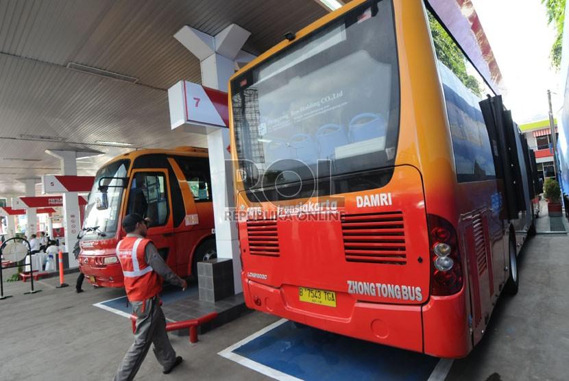 Bus Trans Jakarta tengah mengisi bahan bakar gas (BBG)  di Stasiun Pengisian BBG (SPBBG) di Mampang Prapatan, Jakarta, Kamis (16/5).   (Republika/Aditya Pradana Putra)