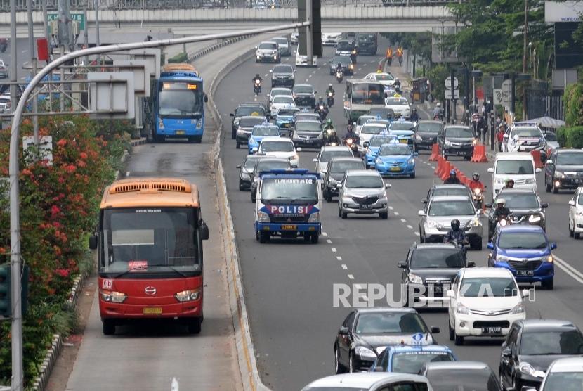Bus TransJakarta melintas di Bundaran HI, Jakarta Pusat, Senin (6/6). (Republika/Yasin Habibi)