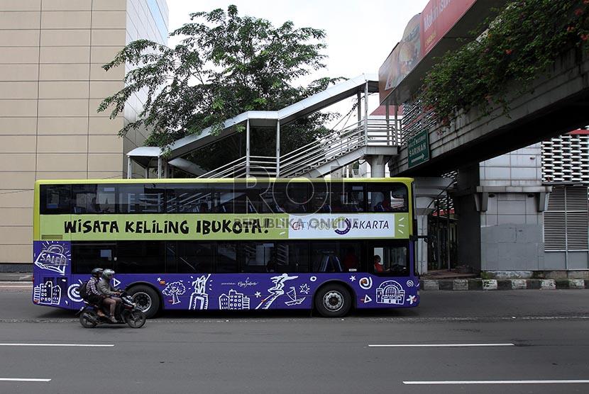 Bus wisata melintas di Jalan Thamrin saat uji coba dan sosialisasi kepada penumpang di Jakarta, Jumat (21/2).
