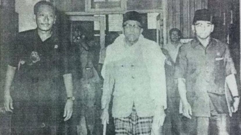 Buya Hamka ketika hendak menyalati jenazah Presiden Soekarno.