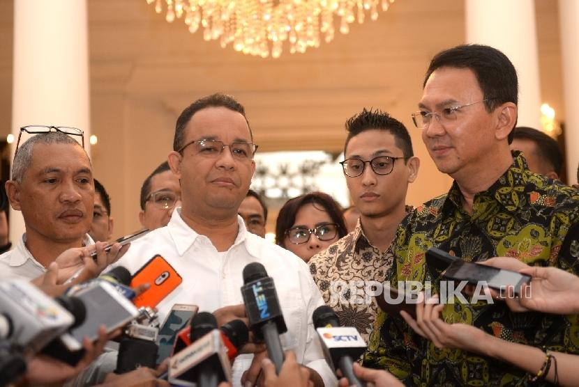 Gubernur DKI Jakarta terpilih, Anies Baswedan (kiri) bersama Gubernur DKI Jakarta saat ini Basuki Tjahaja Purnama (Ahok)