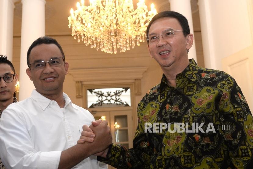Cagub DKI Jakarta Anies (kiri) Baswedan berjabat tangan dengan Gubernur DKI Jakarta Basuki Tjahaja Purnama di Balai Kota DKI Jakarta, Kamis (20/4).