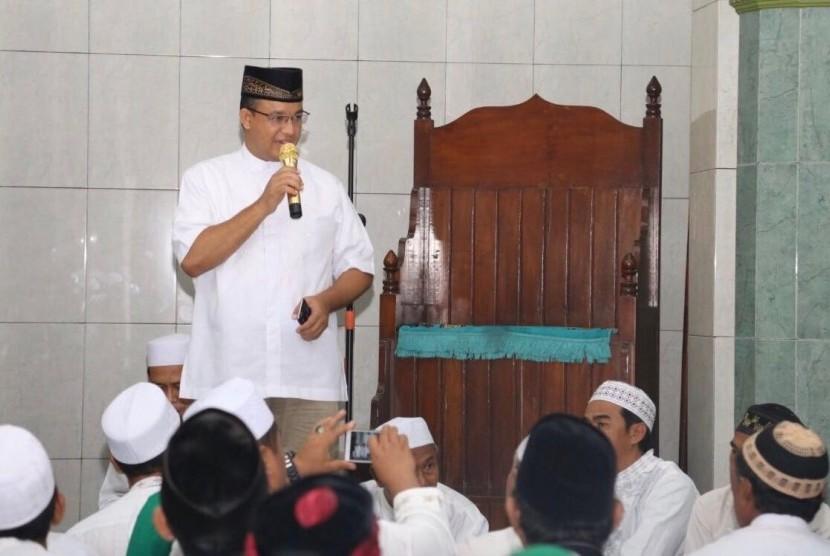 Cagub DKI Jakarta, Anies shalat Subuh berjamaah di Masjid Baitul Muttaqien, Kampung Gusti RT 03/15, Kelurahan Pejagalan, Kecamatan Penjaringan, Jakarta Utara.
