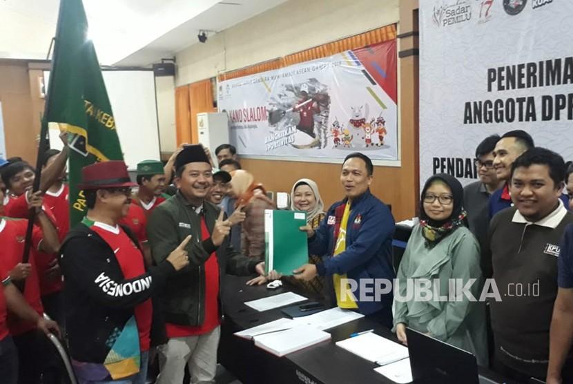 Caleg PKB se Jabar, mendaftar ke KPU Jabar sebagai Anggota Caleg DPR RI, DPRD Jabar dan DPRD Kabupaten/kota dengan menggunakan jersey Timnas, Ahad (15/7).