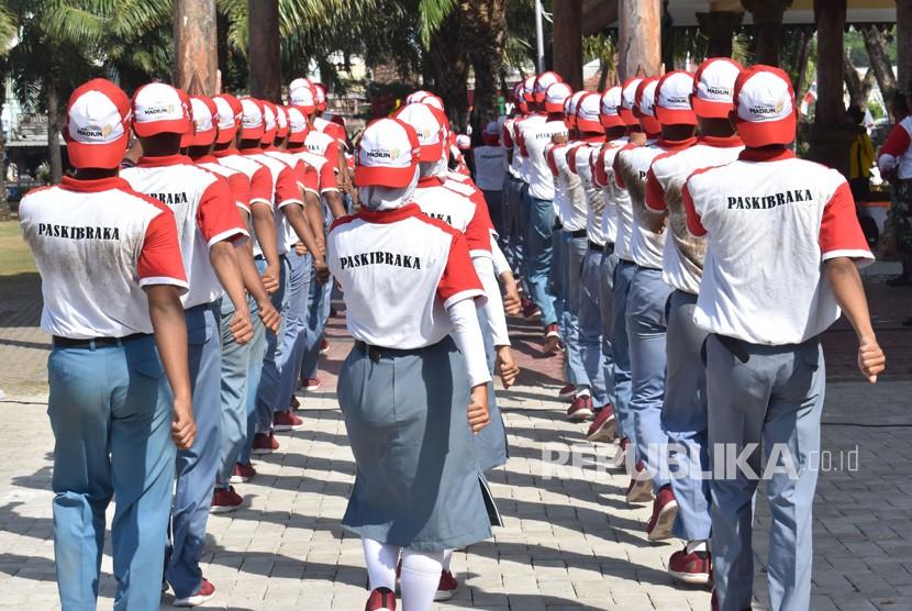 Calon anggota Pasukan Pengibar Bendera Pusaka (Paskibraka) mengikuti latihan di Alun-alun Kota Madiun, Jawa Timur, Rabu (7/8/2019).