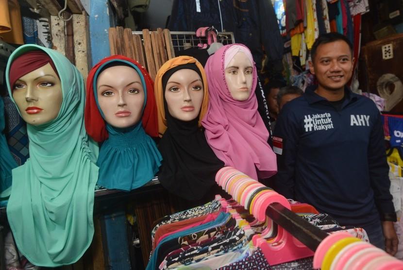 Calon Gubernur DKI Jakarta Agus Harimurti Yudhoyono mengunjungi Pasar Paseban di Jakarta, Jumat (11/11).