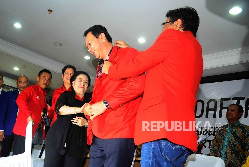 Ketua Umum PDIP mengenakan almamater partai pada Calon gubernur DKI Jakarta Basuki Tjahaja Purnama