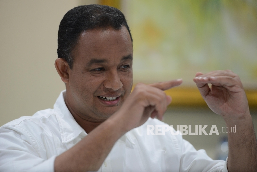 Calon Gubernur DKI Jakarta nomor urut 3 Anies Baswedan memberikan pemaparan saat melakukan pertemuan dengan Redaksi Harian Umum REPUBLIKA di Jakarta, Kamis (17/11) malam.