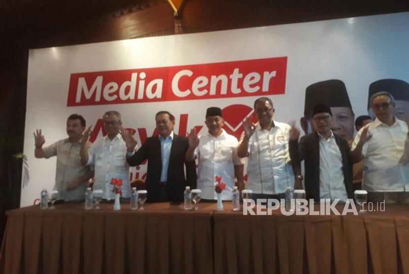 Calon Gubernur Jawa Barat no urut tiga, Sudrajat menggelar konferensi pers di media Centre pasangan Asyik di Hotel Preanger, Rabu (27/6).