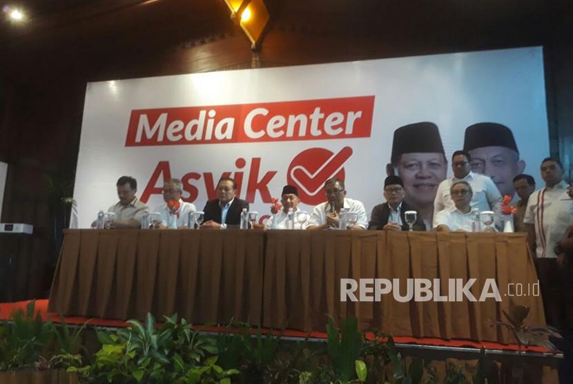 Calon gubernur Jawa Barat nomor urut tiga, Sudrajat menggelar konferensi pers di media Centre pasangan Asyik di Hotel Preanger, Rabu (27). Sudrajat mengatakan hasil hitung cepat belum final dan jangan terlebih dahulu ada yang mengklaim kemenangan.
