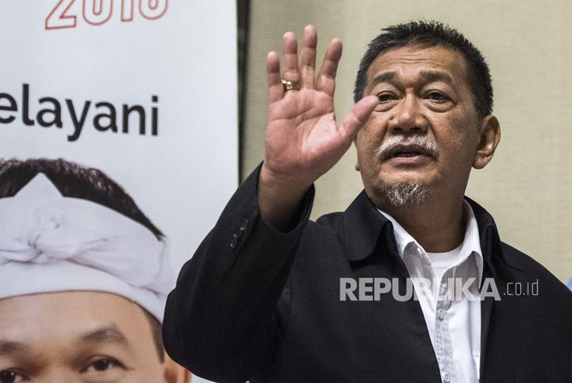 Calon Gubernur Jawa Barat nomor empat Deddy Mizwar menyapa pendukung sebelum menyampaikan keterangan pers di Bandung, Jawa Barat, Rabu (27/6).