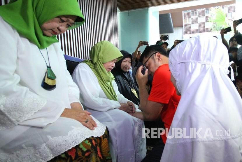 Calon Gubernur Jawa Barat Ridwan Kamil bersama istri Atalia Praratya memohon doa restu pada orang sebelum melakukan pencoblosan dalam Pilkada Serentak 2018, di rumahnya, di Cigadung, Kota Bandung, Rabu (27/6).