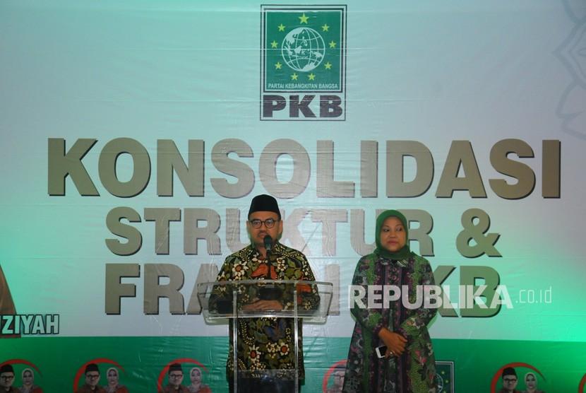 Calon Gubernur Jawa Tengah Sudirman Said (kiri) dan pasangannya Calon Wakil Gubernur Jawa Tengah Ida Fauziyah (kanan) memberi sambutan saat Konsolidasi PKB Jawa Tengah di Salatiga, Jawa Tengah, Ahad (4/3).