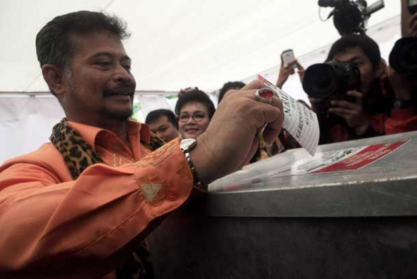 Calon Gubernur Sulawesi Selatan, Syahrul Yasin Limpo memberikan hak suara di TPS 001 SD Mangkura, Kel, Sawerigading, Makassar, Sulsel, Selasa (22/1).