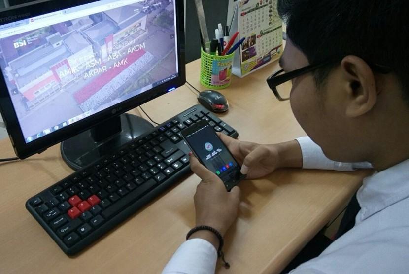 Calon mahasiswa BSI sedang melakukan pendaftaran kuliah di BSI melalui aplikasi PMB BSI di Android.