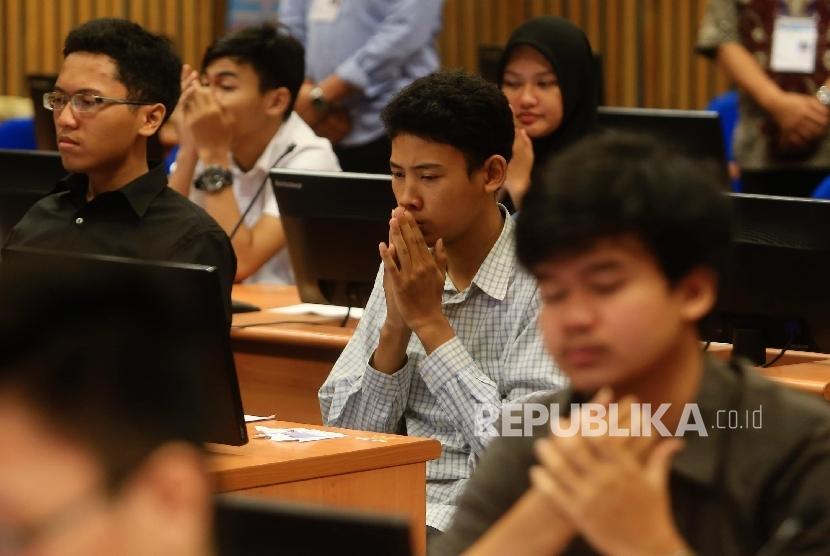 Calon mahasiswa mengikuti tes pada Seleksi Masuk Bersama Perguruan Tinggi Negeri Computer Basic Test (SMBPTN-CBT) di Universitas Indonesia, Salemba, Jakarta, Selasa (31/5)