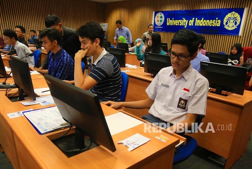 Calon mahasiswa mengikuti tes pada Seleksi Masuk Bersama Perguruan Tinggi Negeri Computer Basic Test (SMBPTN-CBT) di Universitas Indonesia, Salemba, Jakarta. (Republika/Yasin Habibi)