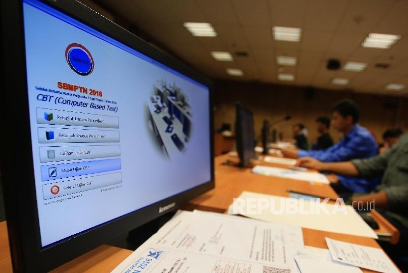 Calon mahasiswa mengikuti tes pada Seleksi Masuk Bersama Perguruan Tinggi Negeri Computer Basic Test (SMBPTN-CBT) di Universitas Indonesia, Salemba, Jakarta, Selasa (31/5).(Republika/Yasin Habibi)
