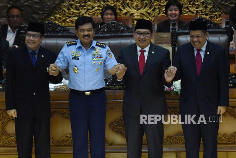 Calon Panglima TNI Marsekal Hadi Tjahjanto (kedua kiri) berfoto bersama dengan Wakil Ketua DPR Taufik Kurniawan (kiri), Fadli Zon (kedua kanan) dan Fahri Hamzah (kanan) dalam Sidang Paripurna DPR di Kompleks Parlemen, Senayan, Jakarta, Kamis (7/12).