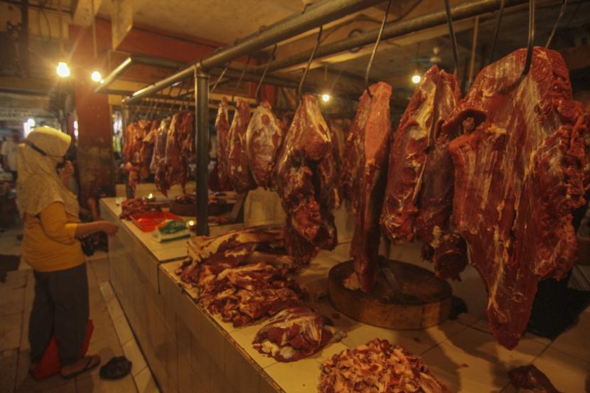 Calon pembeli memilih daging sapi. ilustrasi