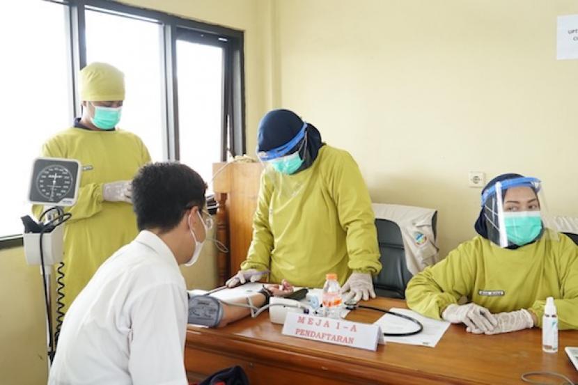 Calon penerima vaksin Covid-19 diperiksa kondisinya saat kegiatan vaksinasi di Kantor Dinas Pendidikan Kabupaten Garut, Kecamatan Tarogong Kidul, Rabu (3/3/2021).