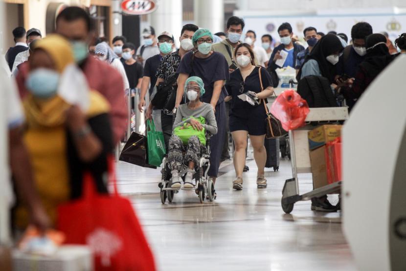 Calon penumpang berjalan di lobby Bandara Internasional Juanda Surabaya di Sidoarjo, Jawa Timur, Selasa (18/5/2021). Berakhirnya pemberlakuan larangan mudik Hari Raya Idul Fitri 1442 Hijriah pada 17 Mei 2021, aktivitas di Bandara Juanda terpantau ramai dengan jumlah sekitar 2.100 penumpang.